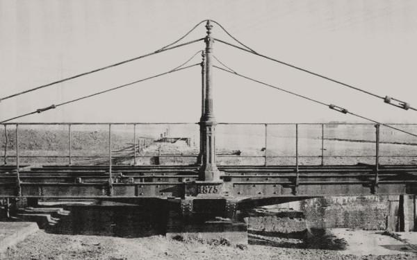 Foto van de brug, gemaakt in oostelijke richting.