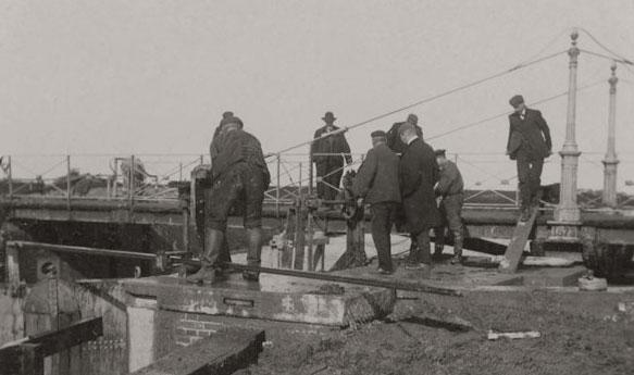 Afb. 14a - Herstelwerkzaamheden aan de sluis in 1905.