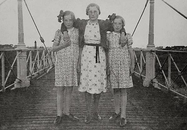 De drie dochters van Pieter van der Beek van links naar rechts: Aaltje, Gé en Trijn.